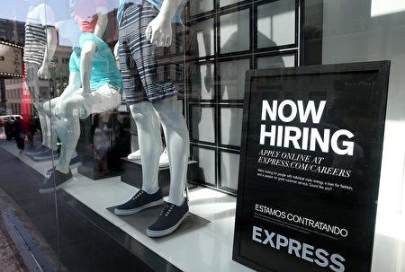美國去年12月新增工作15.6萬個,連續第75個月增長,全年增加220萬個工作。(Justin Sullivan/Getty Images)
