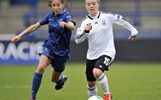 南丹麦大学的研究发现,女性从事足球运动,有降低高血压等健康效益。图为2013年欧洲17岁以下女子足球锦标赛中,法国队员(左)与德国队员交锋的画面。(Clint Hughes/Getty Images)