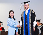 以优异成绩从UTS(悉尼科技大学)的INSEARCH学院毕业并获得学术奖学金的朱晋莹(左)。(INSEARCH学院提供)