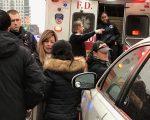 王小姐(黄头发者)被西语裔打反被诬打人,头戴牛舌帽者为肇事车辆上两名西语裔之一,图为警察在现场处理。 (林丹/大纪元)