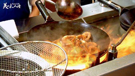 旺火速成的油爆虾(新唐人提供)
