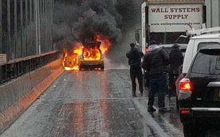 昨天下午約1點20分,曼哈頓大橋往布碌崙方向上,一輛黃色出租車在行駛途中起火。 (陳家齡提供)