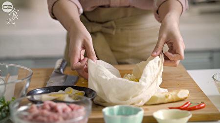 酸白菜饺子作法之一,放入豆浆袋将水分挤干一点。(C2食光提供)