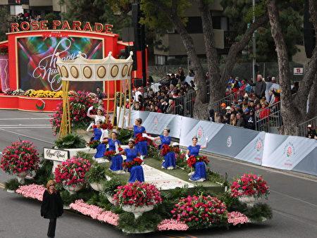 第128届帕萨迪纳(Pasadena)玫瑰花车皇后与公主们。(徐绣惠/大纪元)