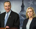 纽约州联邦参议员舒默(Charles Schumer,左)和陆天娜(Kristen Gillibrand,右)。 (PAUL J. RICHARDS/AFP/Getty Images)