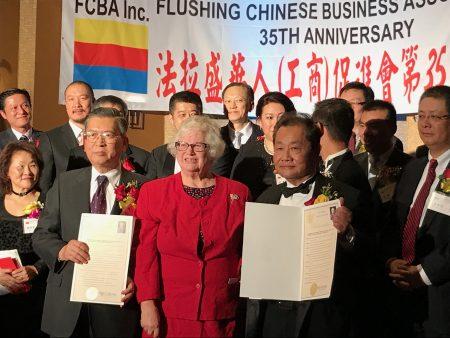 纽约州参议员史塔文斯基向华商会颁发褒奖。