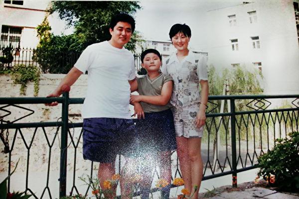 1998年孫錄操當大副時和妻子、兒子的合影。 (孫錄操提供)