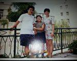 1998年孙录操当大副时和妻子、儿子的合影。 (孙录操提供)