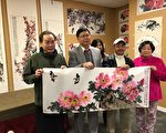 中国著名画家马金虎(左二)即席挥毫富贵长久图,增送画展主办单位协胜公会。(照片由协胜公会提供)