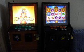 某同乡联谊会放在角落里的两台游戏机。 (蔡溶/大纪元)