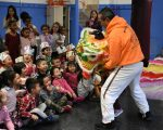 华人联合会舞狮活动,深受小朋友们欢迎。 (华人联合会提供)