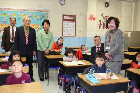 華僑學校校長王張令瑜昨日帶領經文處、文教中心和僑領們參觀修葺一新的校舍。