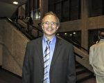 1月20日晚,公司销售经理Rickey Kenning观看了神韵北美艺术团在路易斯安那州新奥尔良的首场演出。(林南宇/大纪元)