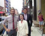市议员陈倩雯(中)和她办公室的媒体联络人Paul Leonard(左)、立法及预算主任方家俊(右)。 (蔡溶/大纪元)
