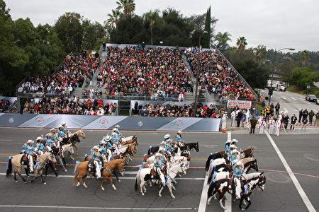 第128届帕萨迪纳(Pasadena)玫瑰花车游行马队。(徐绣惠/大纪元)