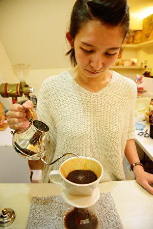 「啡良品」店長廖于靜沖出顧客專屬咖啡。(康妍慧提供)