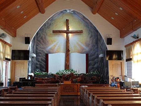 教堂里十公尺高的巨木十字架,是日治时期留下的桧木所制成。(曾晏均/大纪元)