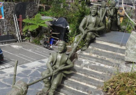 雾台基督教长老教会外面楼梯,以鲁凯族勇士为装饰。(曾晏均/大纪元)
