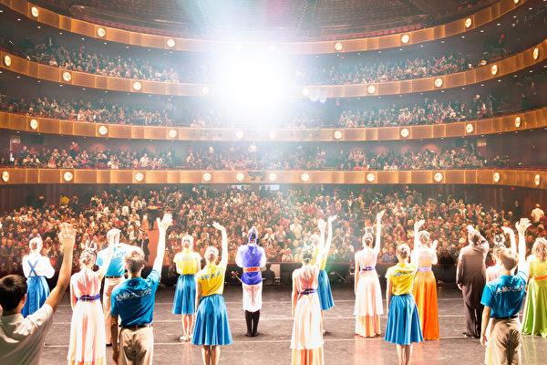 2017年1月14日周六,神韵国际艺术团在纽约林肯中心大卫寇克剧院的两场演出,全场爆满。(戴兵/大纪元)