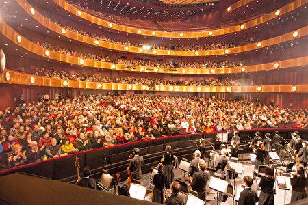 2017年1月15日周日,神韵国际艺术团在纽约林肯中心大卫寇克剧院的演出,持续爆满。(戴兵/大纪元
