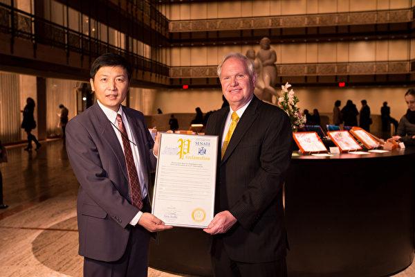 「我很高興能代表紐約州議會來此致賀。」紐約州參議員、2017紐約市長參選人艾維樂(Tony Avella)在演出當晚趕到林肯中心大衛寇克劇院向神韻主辦方頒發褒獎。(戴兵/大紀元)