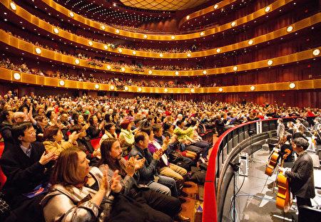 2017年1月11日晚,神韵国际艺术团在纽约林肯中心大卫寇克剧院的首场演出,全场爆满。(戴兵/大纪元)