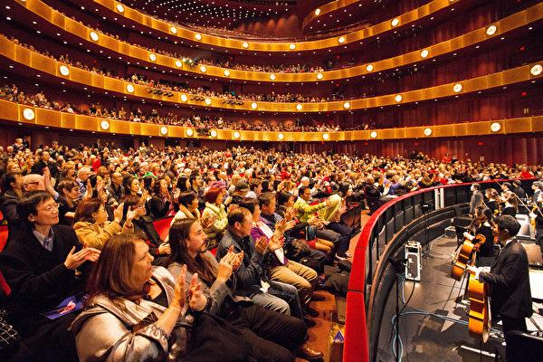 1月11日,神韻國際藝術團在美國紐約的首場演出爆滿。(戴兵/大紀元)