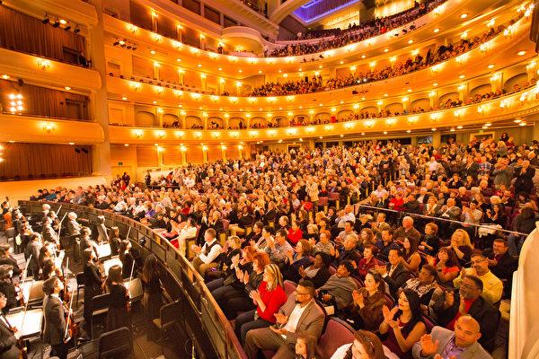 2017年1月23日晚,神韵北美艺术团在美国德州达福的首场演出爆满加座,拉开达拉斯地区15场盛大演出的序幕。(戴兵/大纪元)