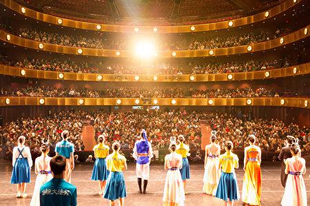 2017年1月13日晚,神韵国际艺术团在纽约林肯中心大卫寇克剧院的演出,全场爆满。(戴兵/大纪元)