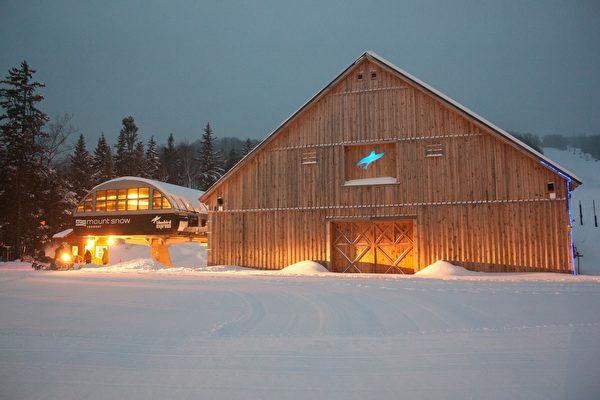 Mount Snow标志性的蓝鸟谷仓。(Mount Snow提供)