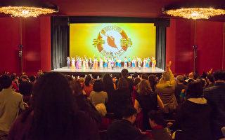 1月19日,美国神韵国际艺术团在美国华盛顿特区肯尼迪中心进行第三场演出,精湛的艺术水准令观众折服,演出表现的璀璨文化和精神内涵更是让华府的名流精英心向往之。(李莎/大纪元)