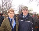1月20日来此美国罗德岛州的Andrew Larochelle(右)及儿子David,来到华府参加川普就职美国总统的仪式和庆祝活动。(梁砚/大纪元)