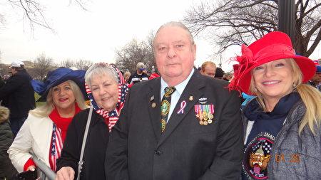 Paul Cauley是一位越战老兵,来自印第安纳州。当天他特意佩戴了自己的军功章,来到华府,庆祝川普宣誓就职。(梁砚/大纪元)