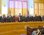 圖:2017年1月1日Harris郡新任民選官員們宣誓入職。(易永琦/大紀元)