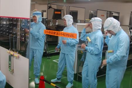 進入工廠之前要穿上專門的工作服。(大紀元)