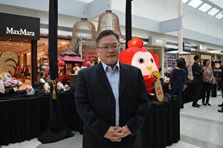 图:加拿大亚裔活动协会执行总监吴权益,在Oakridge鸡年艺术展上,向大纪元读者拜年。(邱晨/大纪元)