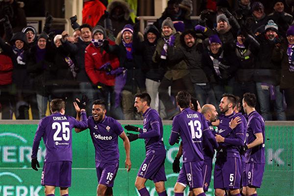 佛罗伦萨主场2:1击败领头羊尤文图斯,保持本赛季主场不败。(Gabriele Maltinti/Getty Images)