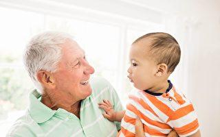 """日本的研究发现,人们在40岁以后会出现一种""""老人味""""。图为一名老人和其孙子。(Fotolia)"""