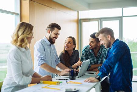 美国的研究发现,在办公室讲适当的笑话,会让别人觉得自己比较有信心和能力。(Fotolia)