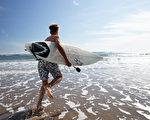 丹麦的研究发现,青少年比较闻不到特定的臭味,这或许可以解释他们比较能容忍自身的汗臭味或体味。图为一名要去冲浪的男孩。(Fotolia)