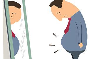 男人如果吃太多而且运动量不够,多余的脂肪就会堆积在腹部,进而形成大肚子。(Fotolia)