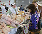 现在每天有很多的中国人越过中俄边界,到俄国购买食物,特别是屠夫摊上的猪肉、鸡肉和牛肉。 (Alexey SAZONOV/AFP/Getty Images)