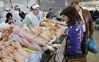 現在每天有很多的中國人越過中俄邊界,到俄國購買食物,特別是屠夫攤上的豬肉、雞肉和牛肉。 (Alexey SAZONOV/AFP/Getty Images)