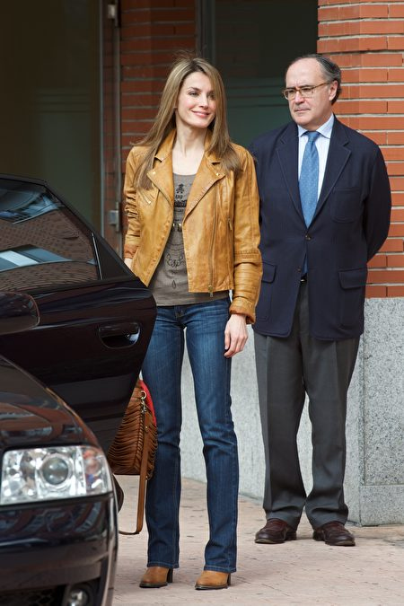 踝靴搭配裤装的穿法。图为西班牙公主Letizia。(Carlos Alvarez/Getty Images)