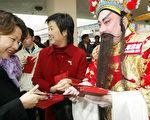 中国人在新年期间有发红包习俗,此外还需要现金购物和旅游。(PETER PARKS/AFP/Getty Images)