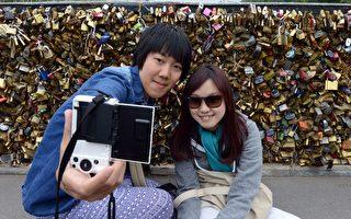 图说:因为恐袭威胁和巴黎旅游景点安全问题,2016年来法国旅游的中国游客锐减25%。     (DOMINIQUE FAGET/AFP/Getty Images)