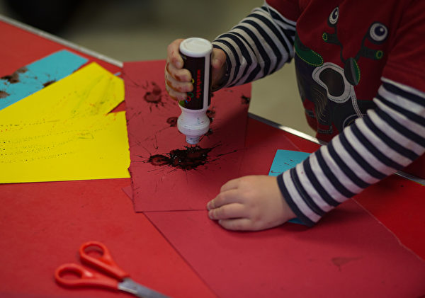 RADSTOCK, UNITED KINGDOM - JANUARY 06: A young boy paints at a playgroup for pre-school aged children in Chilcompton near Radstock on January 6, 2015 in Somerset, England. Along with the health and the economy, education and childcare are to be key issues in the forthcoming election. (Photo by Matt Cardy/Getty Images)