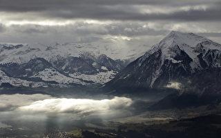 即使在高高的瑞士阿尔卑斯山上,空气中也充满了浓浓的不确定性。政治和商业精英们带着对未来的担忧离开了达沃斯年会。世界经济论坛四天的讨论没有让2017年的前景变得更加明朗。(GARY CAMERON/AFP/Getty Images)