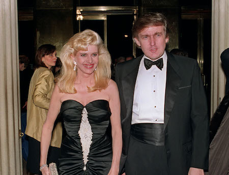 1989年川普与首任妻子伊凡娜(Ivana Trump)在一起。(SWERZEY/AFP/Getty Images)