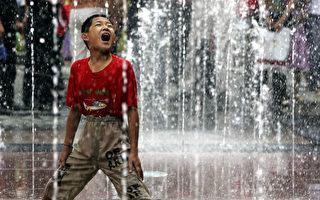 受到过度保护的中国男孩们在身体和情感上变得软弱,使得中国面临着阳刚气危机。 (China Photos/Getty Images)